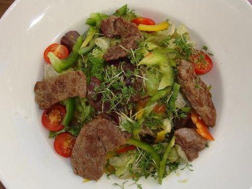 Bunter Salat mit Putenbruststreifen